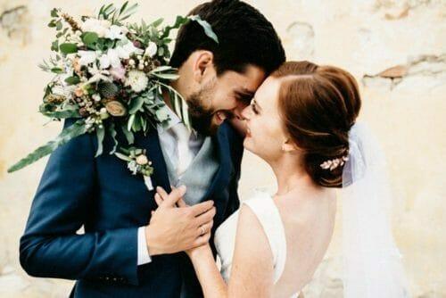 Brautpaar mit Brautstrauß in intimen Moment
