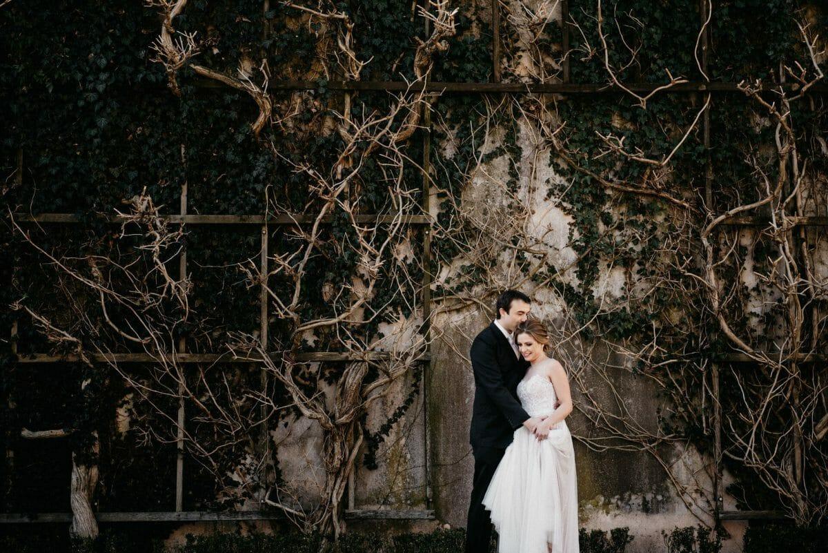 Hochzeitspaar vor mit Efeu bewachsener Wand